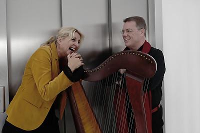 """Kunst trifft Business Programmbild """"Je öfter ich übe, desto mehr habe ich Glück"""" mit Liedermacherin Claudia Pohel und Oliver Groß"""